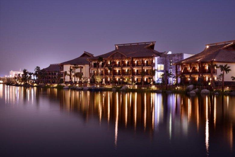 JA Jebel Ali Beach Hotel leży na terenie wielotematycznego parku rozrywki Dubai Parks & Resorts, największego tego rodzaju obiektu na Bliskim Wschodzie