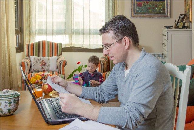 Praca z dzieckiem w domu uczy kreatywności