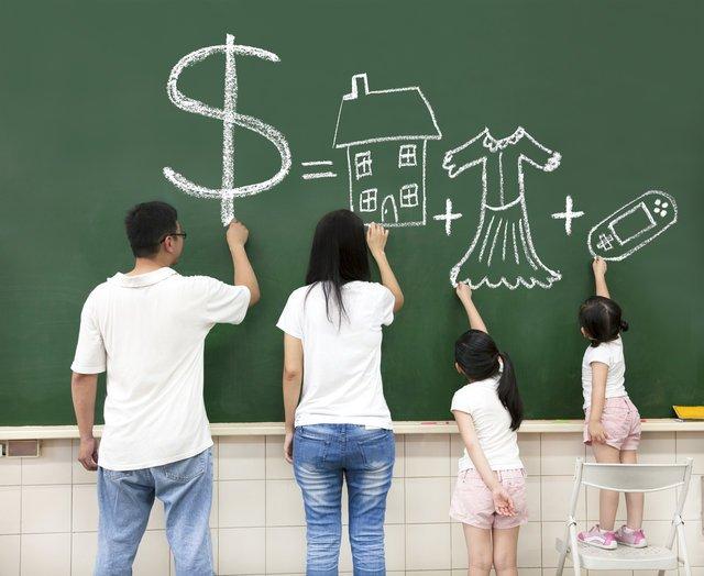 Dzieci chętnie uczą się o finansach przez zabawę.