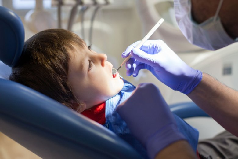 Przedwczesne wyrzynanie stałych zębów może być objawem cukrzycy