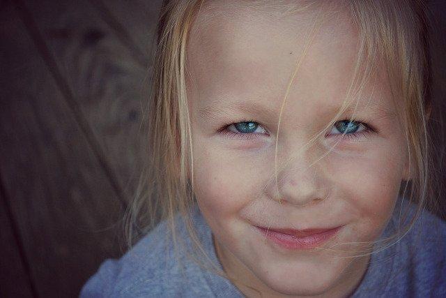 Fot. Pixabay / [url=https://pixabay.com/en/boy-smile-face-happy-child-young-447704/]Greyerbaby[/url] / [url=https://pixabay.com/en/service/terms/#usage]CC0 Public Domain[/url]