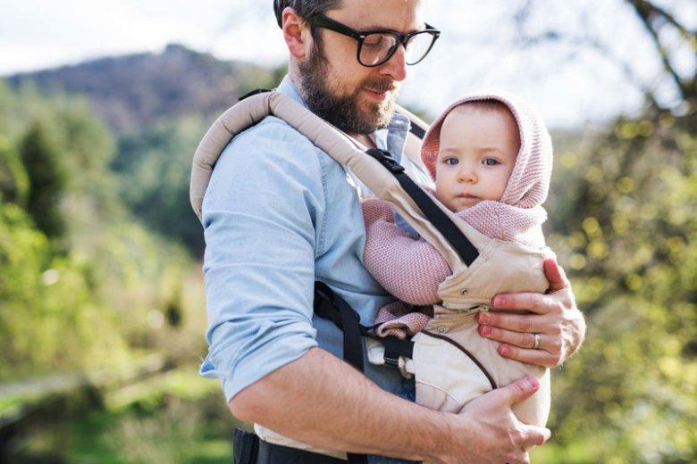 Chusta czy nosidło – jak prawidłowo nosić noworodka?