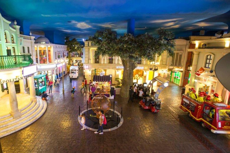 Dzieciom, które muszą się wyszumieć, przypadną do gustu miejsca z dostępem do parków rozrywki. Dubaj jest przykładem miasta, które zapewnia masę atrakcji najmłodszym. Na zdjęciu Kidzania, miasteczko dla dzieci