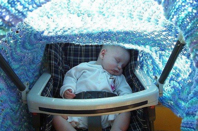 Nie zakrywaj wózka dziecięcego pieluchą!
