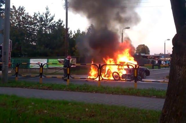 Podczas wypadku w Knurowie w płonącym samochodzie było dziecko. Ludzie jednak woleli kręcić telefonami filmiki niż je ratować