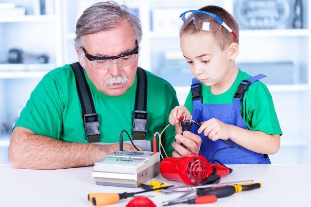 Z pomocą dorosłych, dziecko może się nauczyć bezpiecznego korzystania z urządzeń elektrycznych.