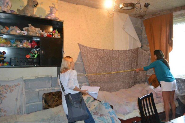 Aneta i Kasia mierzą ściany przed remontem