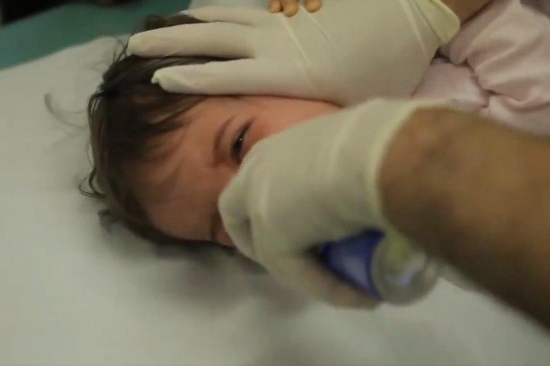 Kontrowersyjna metoda oczyszczania dziecku gardła.