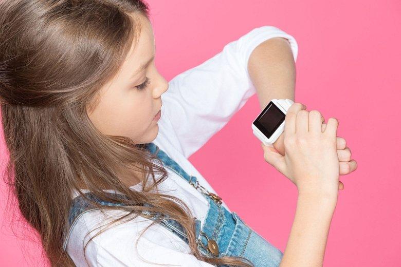 Zegarek GPS, połączony z aplikacją na telefonie rodzica, pozwala ustalić lokalizację dziecka