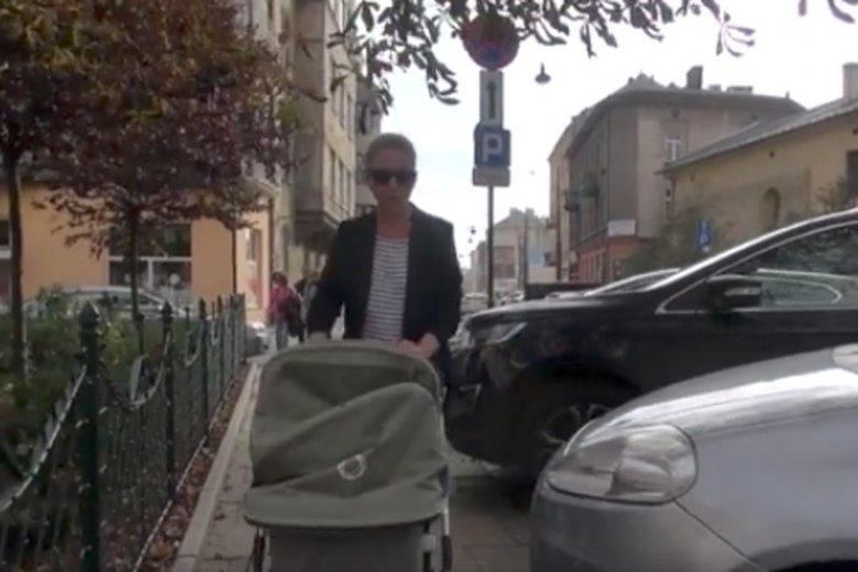 Kierowcy tarasują chodniki i utrudniają przejście matkom z wózkami.