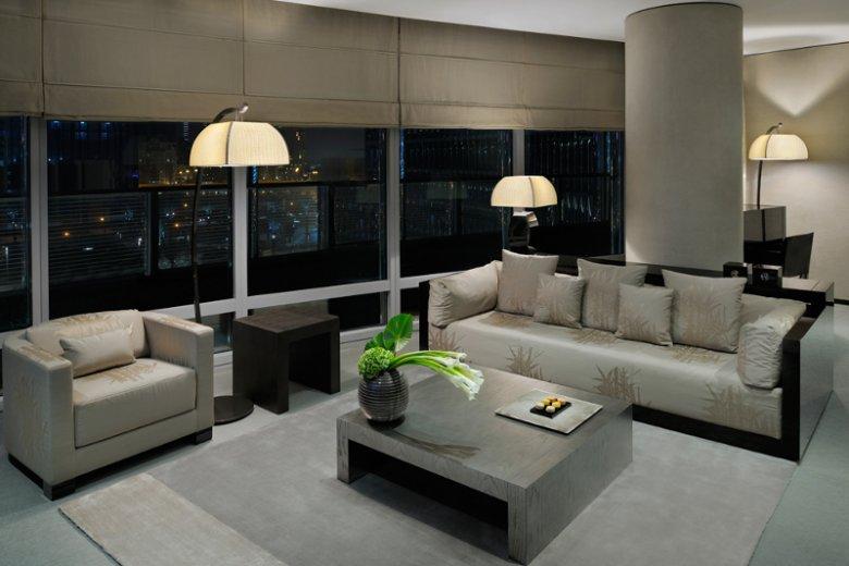 Wystrój pokoi hotelowych zaprojektował słynny Giorgio Armani. Pierwszy hotel z marką noszącą jego imię powstał właśnie w wieżowcu Burj Khalifa
