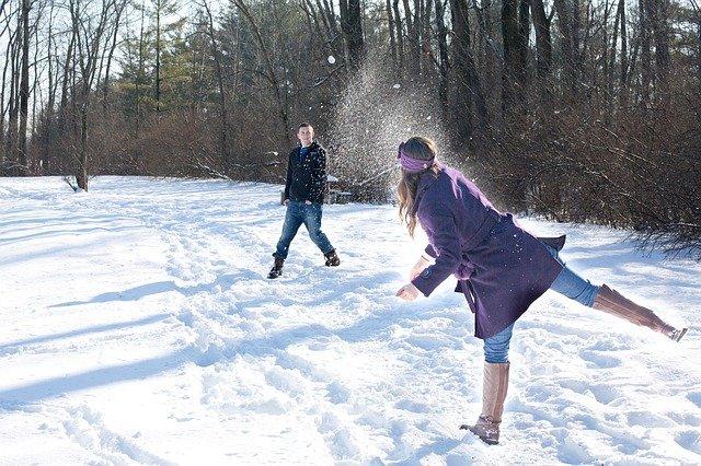 Fot. Pixabay / [url=https://pixabay.com/en/snowball-fight-snow-winter-young-578445/]jill111[/url] / [url=https://pixabay.com/en/service/terms/#usage]CC0 Public Domain[/url]