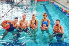 Coraz więcej basenów organizuje lekcje pływania dla niemowlaków. Jedną z takich szkół jest Adrianna SWIM, mieszcząca się na terenie Wodnego Parku Warszawianka przy ul. Merliniego 4 w Warszawie