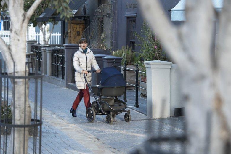 Modułowa lekka konstrukcja, możliwość transportu dwójki dzieci, poręczna kieszonka na drobiazgi i dodatkowy kosz na zakupy to największe atuty wózka Quinny Hubb