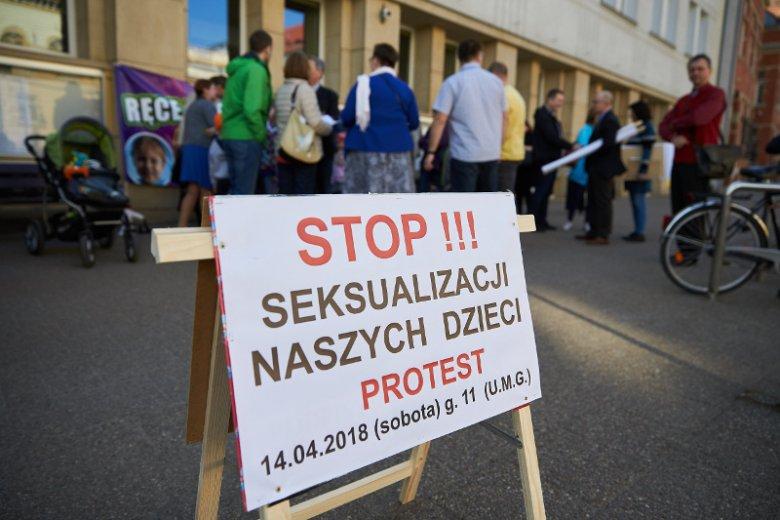 """Protest """"Stop demoralizacji dzieci"""" zorganizowany m.in. przeciwko treściom zawartym w broszurze edukacyjnej """"Zdrowe Love"""" wydanej przez Urząd Miejski w Gdańsku (14.04.2018 r.)"""