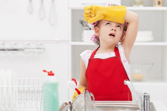 Dzieci nie przepadają za domowymi obowiązkami, które są jednak dla nich świetną lekcją odpowiedzialności. Aby przełamać ich niechęć do codziennych prac w domu, można spróbować je zmotywować wizją nagrody.