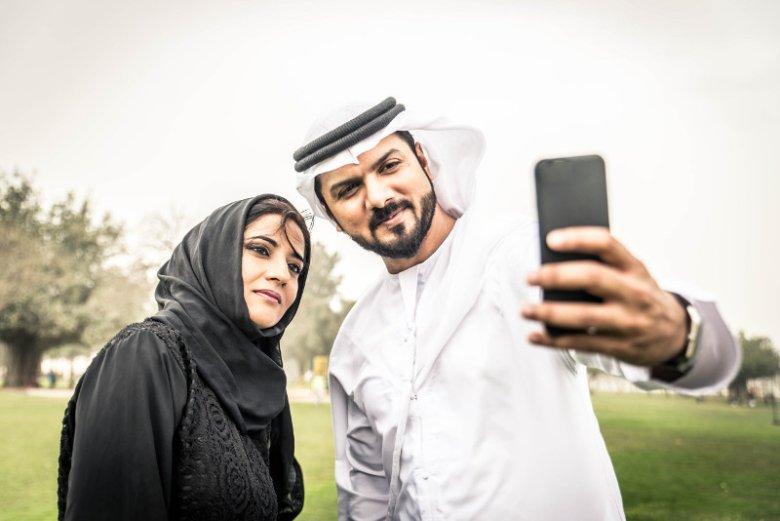 Dubaj to miasto o muzułmańskim rodowodzie. Społeczeństwo nie jest tu jednak homogeniczne, a emirat słynie z otwartości na turystów z krajów o innej kulturze