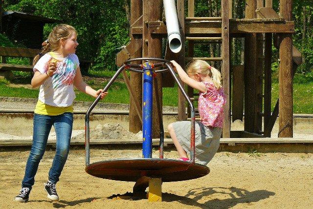 Fot. Pixabay /[url=http://pixabay.com/pl/dzieci-bawi%C4%85ce-si%C4%99-plac-zabaw-dla-334531/]cocoparisienne[/url] / [url=http://bit.ly/CC0-PD]CC0 Public Domain[/url]