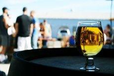 Czy pozwolić nastoletniemu dziecku napić się piwa bezalkoholowego?