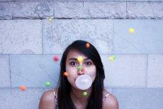 Kilka tych trików pozwoli ci pozbyć się suchych skórek i sprawi, że usta będą nawilżone na długo.