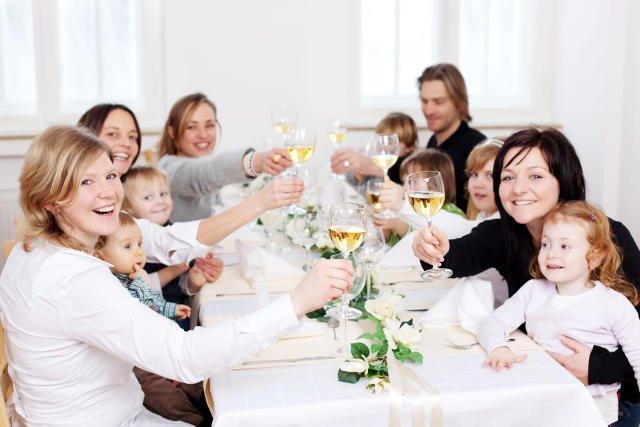 Czy dzieci, które widzą pijących rodziców wyrosną na alkoholików? Czy przeciwnie - nauczą się pić odpowiedzialnie?