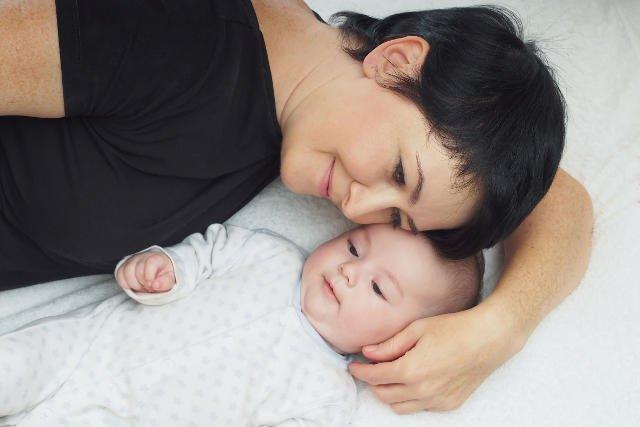 Wiele kobiet odkładało macierzyństwo na później licząc, że mając kilka lat doświadczenia łatwiej im będzie na rynku pracy.