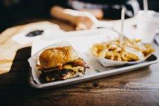 Zbyt częste sięganie po jedzenie typu fast food może prowadzić do wielu problemów zdrowotnych