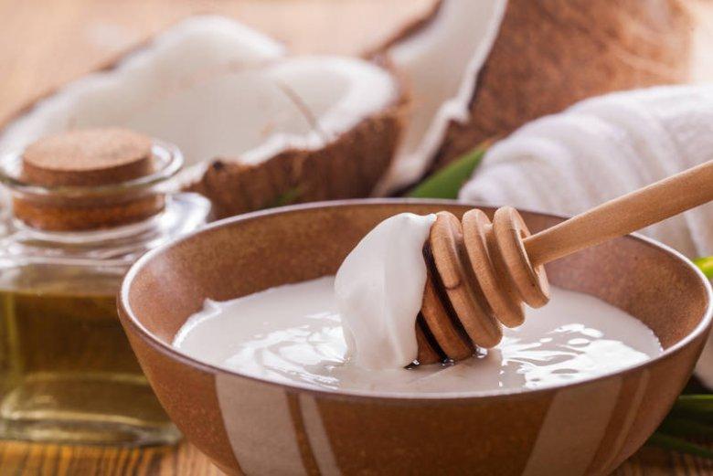 Olej kokosowy ma stałą konsystencję. Aby go użyć jako odżywki do włosów, należy go delikatnie podgrzać do postaci płynnej
