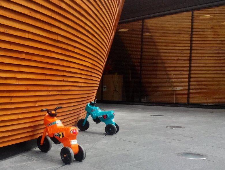 Dziecięce rowerki zaparkowane przed wejściem do Kamppi Chapel