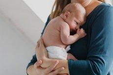 Matka o pierwszym miesiącu życia z dzieckiem.