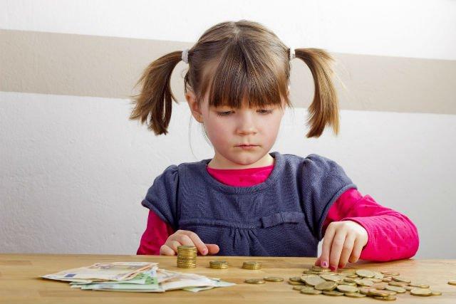 Pomaganie przy pracach domowych w zamian za przyjemności dziecka, zwiększa świadomość finansową.
