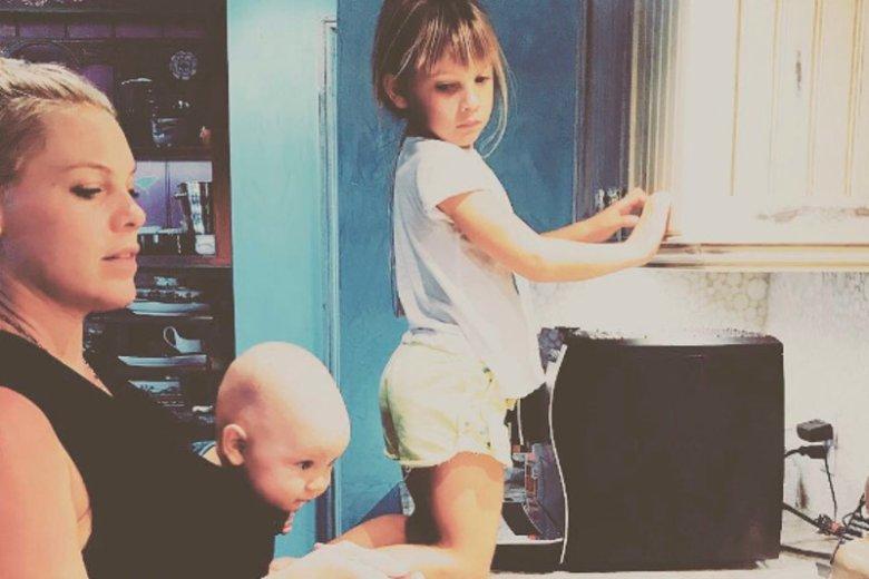 Zdjęcie PINK z dziećmi w kuchni podzieliło internautów. Czy na pewno zapewniła im bezpieczeństwo?