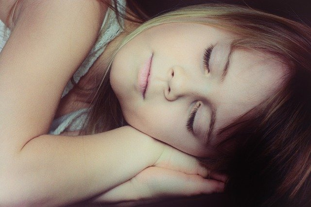 Fot. Pixabay / [url=https://pixabay.com/en/child-girl-face-blond-sleep-666133/]Pezibear[/url] / [url=https://pixabay.com/pl/service/terms/#usage]CC0 Public Domain[/url]