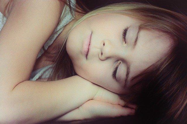Fot. Pixabay / [url=https://pixabay.com/en/child-girl-face-blond-sleep-666133/]Pezibear[/url] / [url=https://pixabay.com/pl/service/terms/#usage]CC0 Public Domain[/url]
