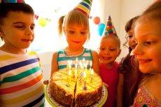 Gotówka na urodziny dla ośmiolatka to dobry pomysł? Rodzice są oburzeni.