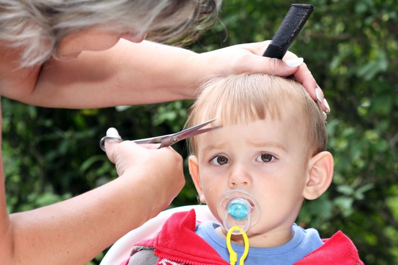 Pierwsza wizyta u fryzjera to zwykle dla dziecka duże przeżycie.