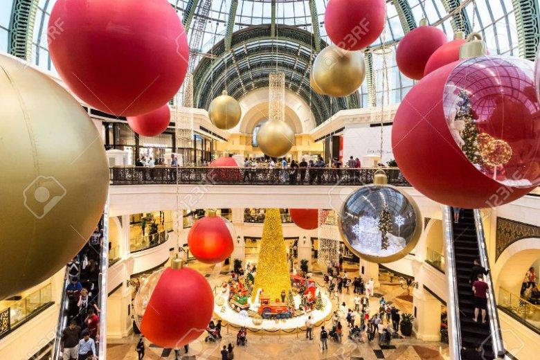W Dubaju świąteczna atmosfera udziela się wszystkim. Na zdjęciu udekorowana świątecznymi ozdobami galeria handlowa Mall of Emirates