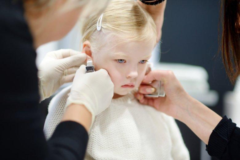 Kiedy przekłuwać dzieciom uszy?