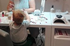 Zdjęcie 3,5-latka z pomalowanymi paznokciami zmienia spojrzenie na świat.