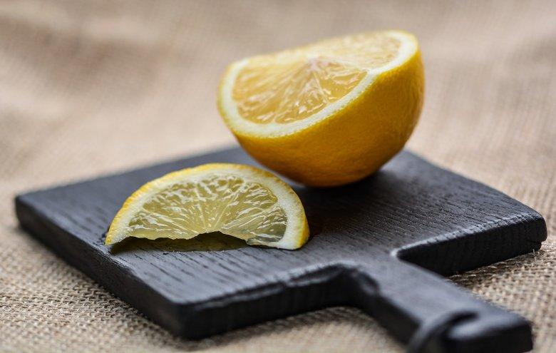 Pokrój cytrynę i postaw przy łóżku. Efekty cię zaskoczą!