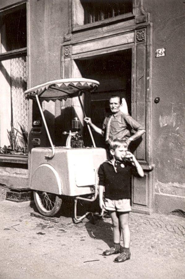 Wózek z saturatorem na ulicy Długiej, Gdańsk, 1968