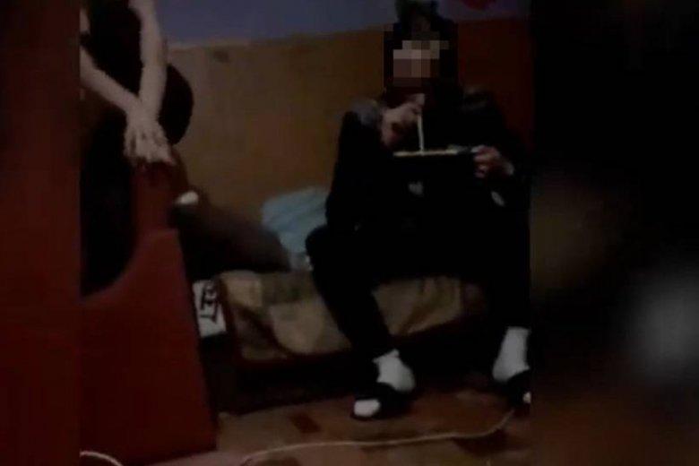 Mężczyzna na filmie wciąga biały proszek.