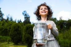Woda z kranu i odpowiedni filtr to najlepsze rozwiązanie na codzienne nawadnianie organizmu. Wystarczy dobry dzbanek filtrujący i możesz cieszyć się czystą wodą bez ograniczeń.
