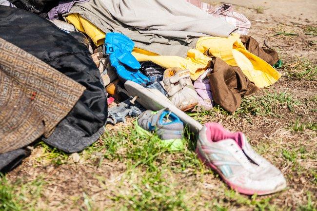00631aa80 Ubrania często nie mieszą się już do kontenerów lub po prostu lądują na  ziemi. Firmy