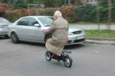 93-latek nie może się bez hulajnogi z siodełkiem poruszać. Bądźcie czujni!
