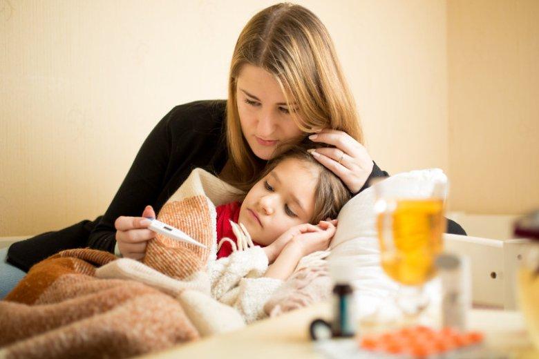 Schemat postępowania z gorączką to podanie leku przeciwgorączkowego, zimne okłady lub kąpiel w letniej wodzie oraz regularne nawadnianie