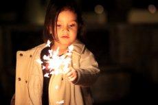 Dziecko z autyzmem a fajerwerki. Jak przygotować się na Sylwestra?