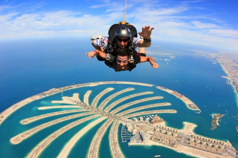 Pełne adrenaliny skoki nad wyspą Palma Dżamira oferuje centrum skoków spadochronowych Skydive Dubai