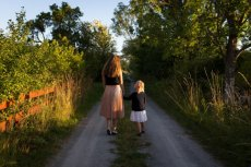 Fot. Pexels / [url=https://www.pexels.com/photo/sisters-walking-nature-road-25946/]unsplash.com[/url]/[url=https://www.pexels.com/photo-license/]CC0 License[/url]