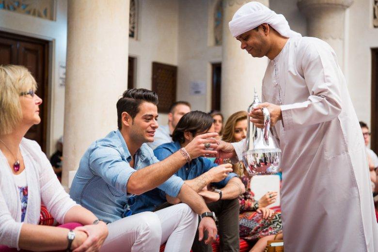 Centrum Porozumienia Kulturowego Sheikh Mohammed (SMCCU) serwuje tradycyjną emiracką kuchnię. Na kulinarnej mapie Dubaju słynie z parzenia arabskiej kawy